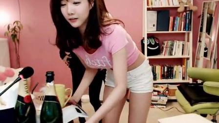 清纯学生气韩国美女主播 粉红内衣白短裙