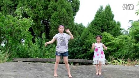 赤脚跳舞的乡村小女孩