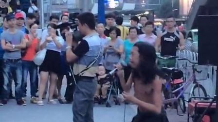 网络爆红街头流浪歌手阿龙 令人动容演绎图片
