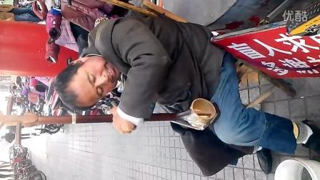 莱州街头盲人卖艺演奏吕剧