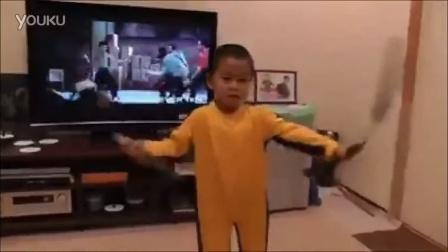 国外4岁小朋友模仿李小龙~看起来有点diao啊