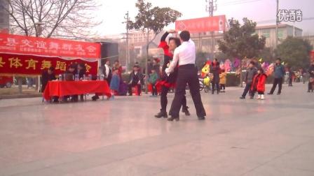 延津县交宜舞协会2015新春联谊会  李老师的三步踩 金银铜表演