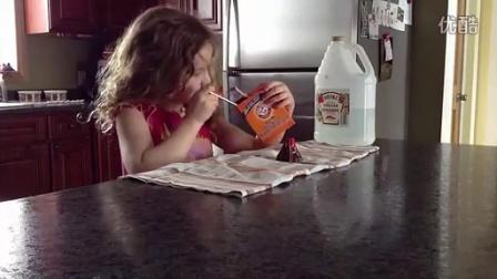 小盆友用醋和小苏打做火山,结果杯具了。。。