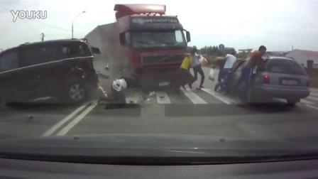 行车记录仪拍下的大卡车撞人瞬间!!