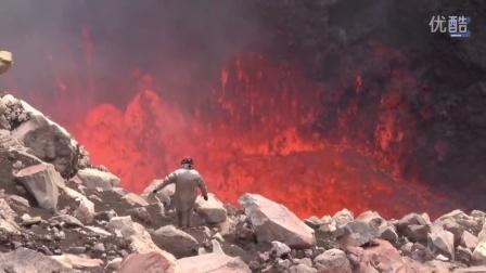 实拍男子火山口以沸腾岩浆为背景玩自拍
