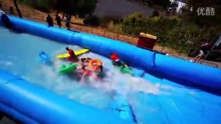 《搞笑视频》-国外熊孩子最会玩 街道秒变冲浪天堂