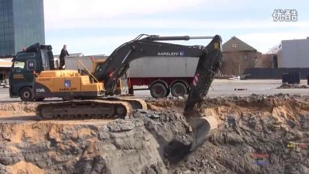 沃尔沃EC360B挖掘机装载卡车