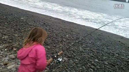【萌萌小女孩】可爱的小女孩在海边钓鱼