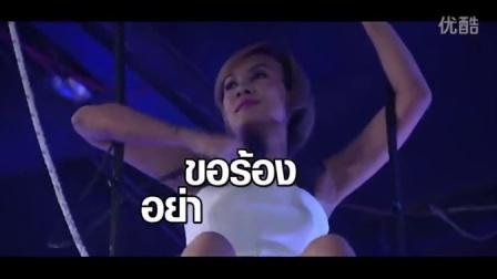 泰国疯狂综艺节目 将女嘉宾升到高空再放进恐怖水族箱中