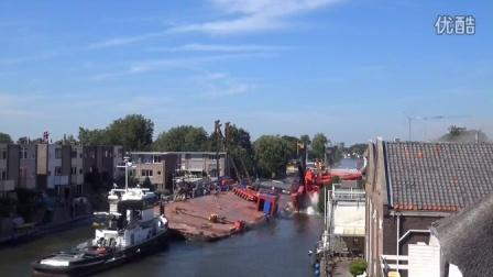 杯具!荷兰两台起重机突然倒塌,至少20人受伤