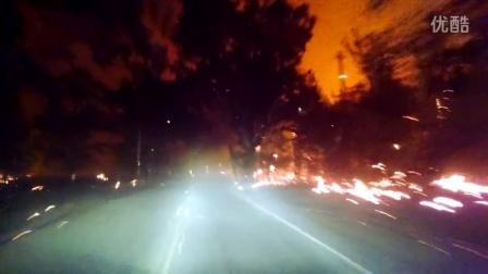开车从燃烧的树林里的公路上穿过,你们感受下!
