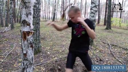 俄8岁小女拳手打木桩练习,惊呆小伙伴