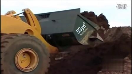 世界上最大的轮式装载机视频表演在车间工作