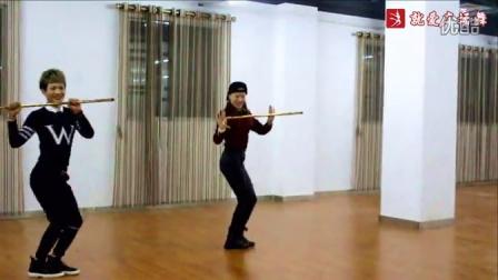 点击观看《凤凰香香广场舞视频 拐杖舞 正面 舞蹈音乐:我是男人》