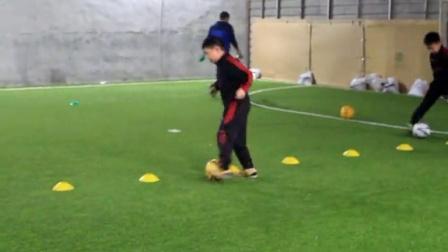 东风足球青训室内赛下脚坚定,打门成功 - 体育