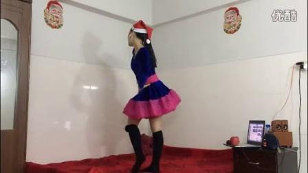 点击观看《青青广场舞 圣诞元旦 自由欢快步子舞 室外广场版》