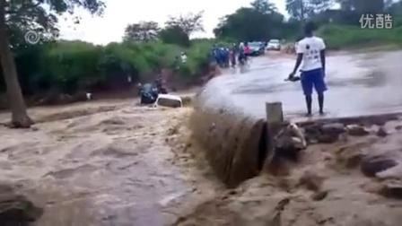 作死司机挑战洪水瞬间被冲下_旁人吓到尖叫