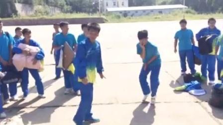 同学你的舞蹈太魔性了哈哈哈哈,突然有一种跟着跳的冲动!