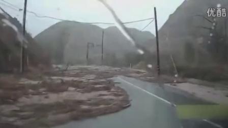 太刺激了!开车的时候突然遇到发大水