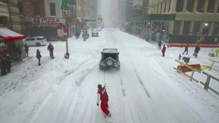 怕冷的人还缩在被窝,会玩的人已经在大街上滑雪了