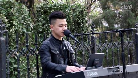 泉城广场附近唱歌挺好的一个小哥