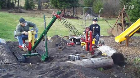 粑粑带着孩子从小苦练挖掘机技术