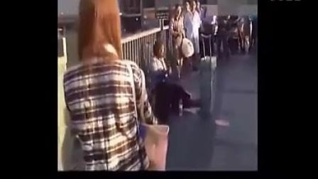 一个乞丐歌手感动了所有路人,图片