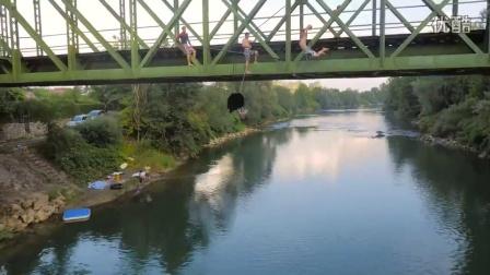 国外少年高桥下上演极限灌篮