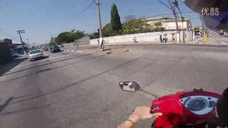 骑摩托车四处乱看与汽车迎面相撞