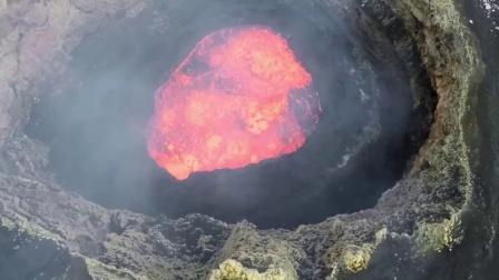 美女翼装飞翔从天而降冲向火山