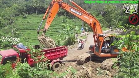 X225LCA挖掘机装车