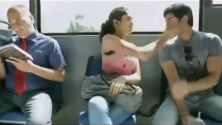 最热视频必看 盯着女生胸部看的下场 恶搞路人