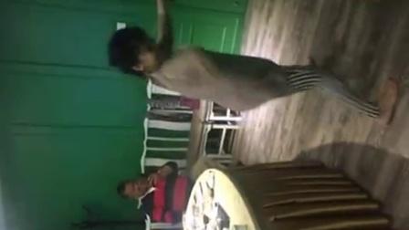 【综艺精选】视频新景:饭局舞蹈跳《美女》鸿雁帧ps图片