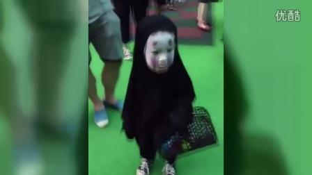 小朋友打扮成无脸男参加幼儿园万圣节派对
