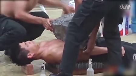 越南女特警胸口碎大石