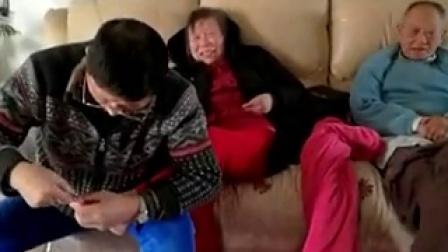 宝钢炼铁专家陈永明为老母剪脚趾甲