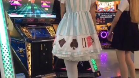 二次元美女跳舞机上大跳热舞, 节奏感超强, 让人
