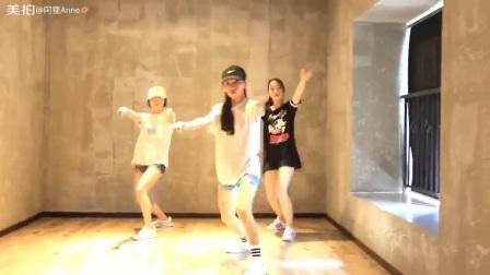 三美女跳热舞, 看上去年纪都还小, 青春活力无限