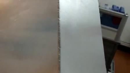 冷焊機原理是利用充電電容,以10-3~10–1秒的周期,10-6~10–5秒的超短時間放電。電極材料與模具接觸部位會被加熱到8000~10000°C,等離子化狀