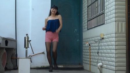 点击观看《永东广场舞 情哥哥情妹妹 新农村妇女自拍广场舞健身舞》