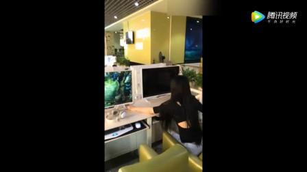 妹子第一次去网吧, 刚坐下就做了一件糗事!