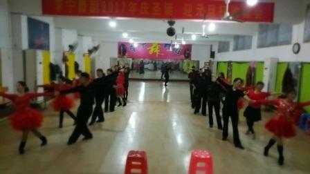 李宁舞蹈姑娘与情郎三步踩集体舞教室排练2017