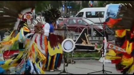 请欣赏: 印第安乐队街头表演动人的 乐曲和优美
