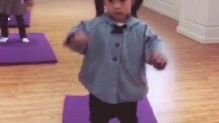 把两个没有舞蹈基因的人生的娃儿教成这样,给