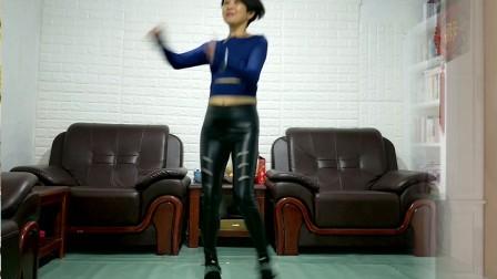 点击观看《静儿广场舞 学跳鬼步舞广场舞 天蓝蓝 真的是入门级的鬼步舞了》