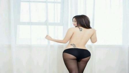 美女摄影:小紫儿粉嫩毛衣黑色内衣大胸写真
