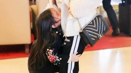 小甜馨与妈妈李小璐机场秀,女神女汉子无缝切