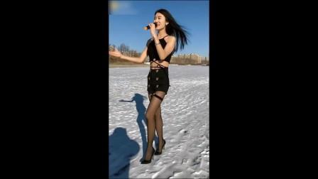 美女雪地里唱歌不冷吗?