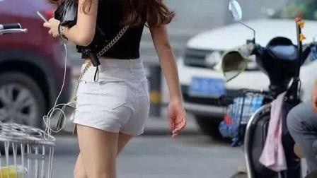 街拍:热裤美腿的大美女,中间混入了什么奇怪
