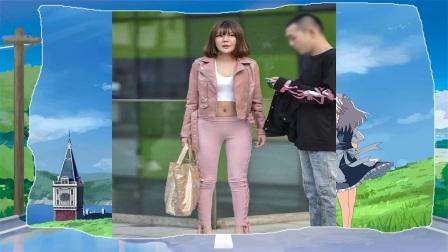 街拍粉红色紧身裤+同色皮夹克上衣的老美女